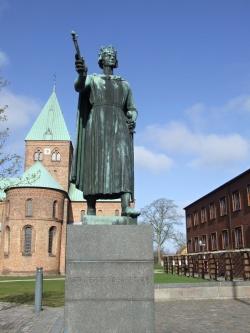 956f5bd5df26 Statuen af Kong Valdemar den Store på Torvet